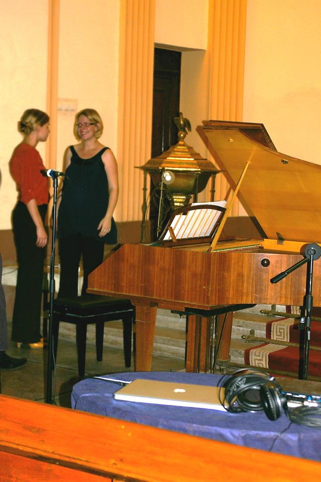 Klavessinist vestlemas tänuliku kuulajaga